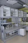 Лабораторный островной стол с рабочей поверхностью из компактного пластика толщиной 19 мм