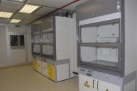 Вытяжные шкафы Waldner GmbH в химической лаборатории рядом с чистым помещением