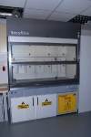 Энергосберегающий вытяжной шкаф Waldner GmbH вместе с вентилируемым шкафом для хранения химикатов