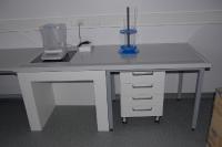 Madal labori töölaud polüpropüleenist tööpinna ja integreeritud kaalulauaga