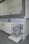 Laborimööblisse integreeritud lokaalne vaakumsüsteem koos vaakumpumba ja digitaalse tablooga