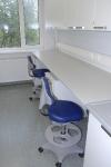 Laboratory grade tööpinnaga seinaäärsed laborilauad koos Labster 3 laboritoolidega.