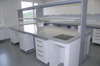 Monoliitse keraamilise tööpinnaga labori kesklaud IP44 pistikupesade ja kohtvalgusega. Kesklauda integreeritud kaalulaud
