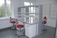 Polüpropüleenist tööpinnaga laborikesklaud ja Labster 3 laboritoolid
