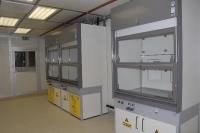Waldner GmbH tõmbekapid keemialaboris puhtaruumi kõrval